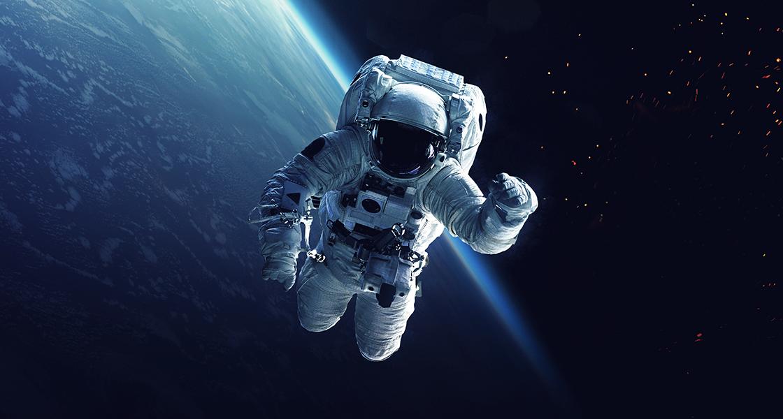 Astronaut och rymdfarkost i omlopp runt jorden